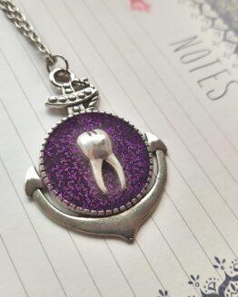 Ce collier dent fera des envieux grâce à son originalité! De quoi apporter une petite touche punky à votre tenue.