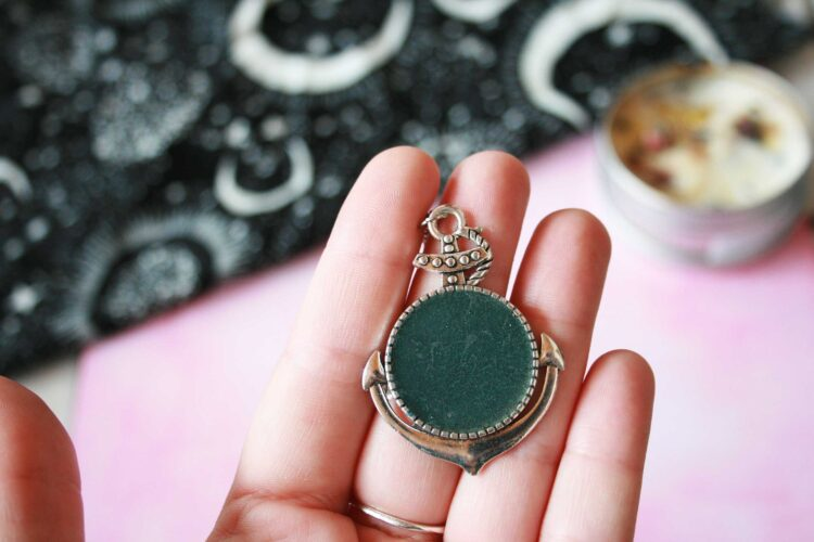 Collier ancre, collier witchy, collier pigment, collier paillette, collier sorcière, collier résine, collier ancre, ancre marine, bijou marin , bijou rock, bijou witchy