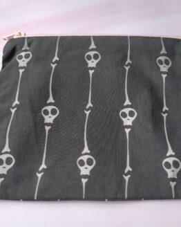 pochette tête de mort et os, pochette gothique, pochette os, pochette rock, trousse de maquillage, trousse de sac