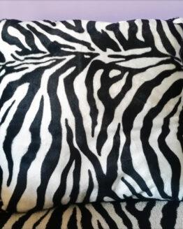 Coussin zèbre, coussin décoratif, coussin fausse-fourrure, coussin noir et blanc, déco intérieur, rock, déco rock, déco punk