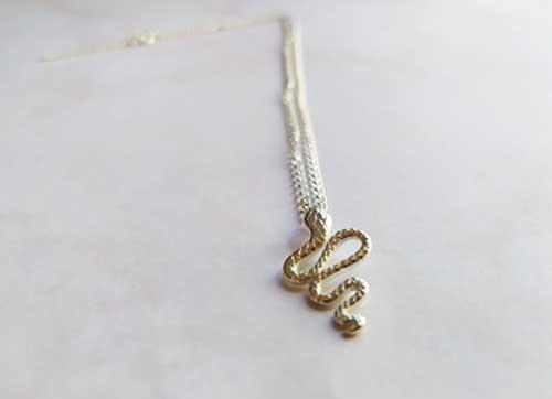 Collier witchy avec un pendentif serpent en argent