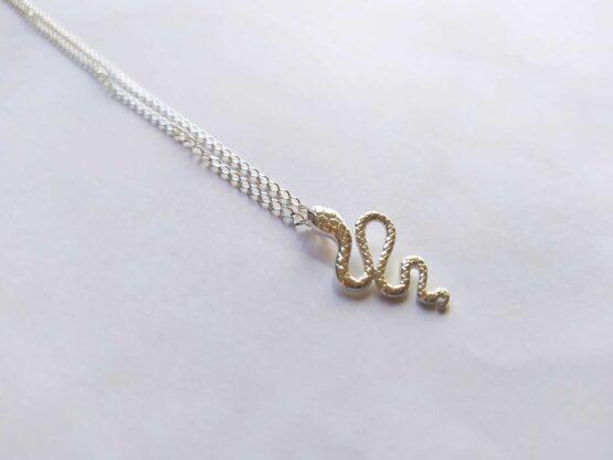 collier minimaliste avec un serpent en argent