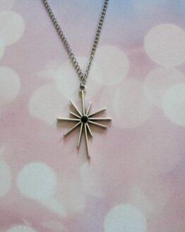 Collier pendentif étoile argentée et strass noir monté sur chaine